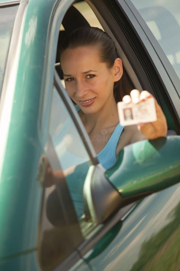 Mujer con el carné de conducir imagen de archivo libre de regalías