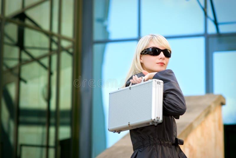 Mujer con el caso de plata imagenes de archivo