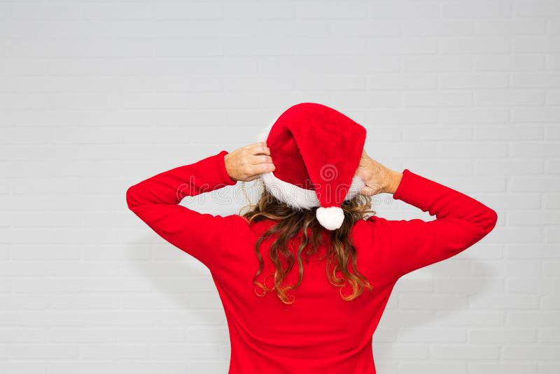 Mujer con el casquillo de la Navidad foto de archivo libre de regalías
