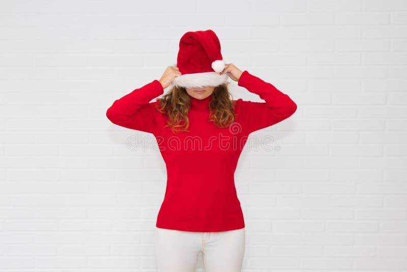 Mujer con el casquillo de la Navidad fotos de archivo libres de regalías