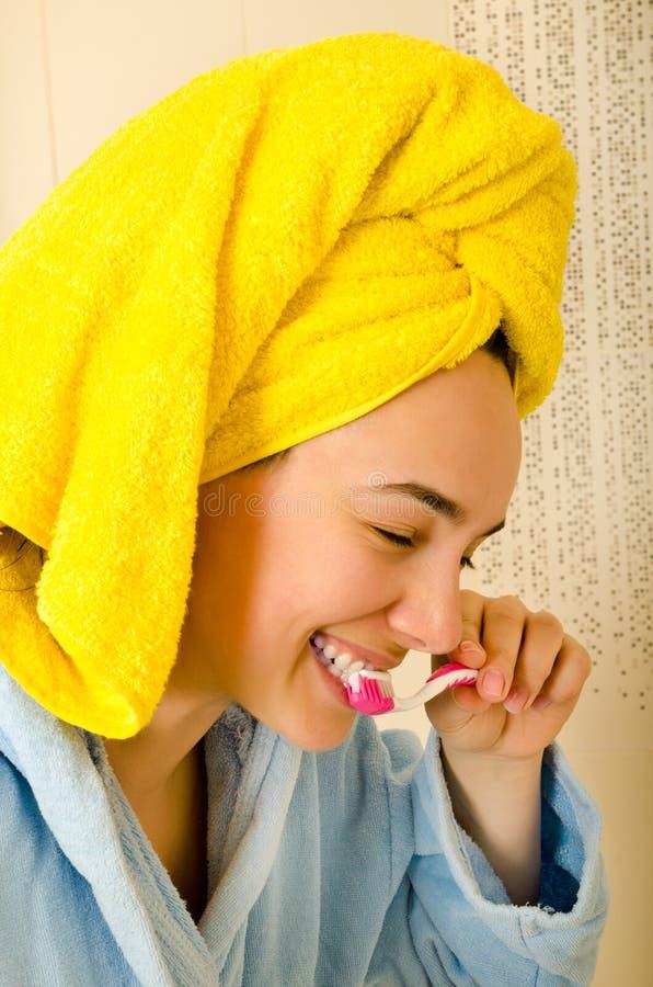 Mujer con el cepillo de dientes imagen de archivo libre de regalías