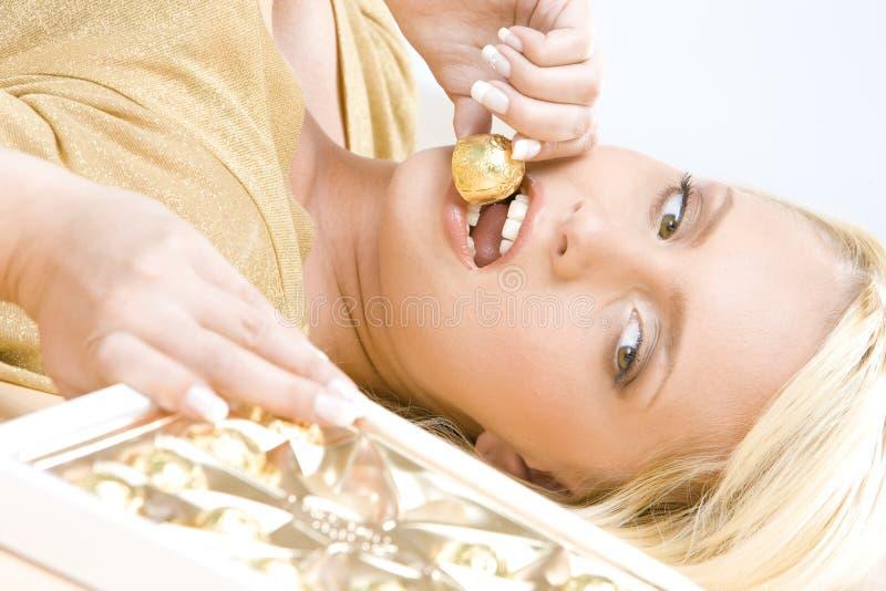 Mujer con el chocolate foto de archivo