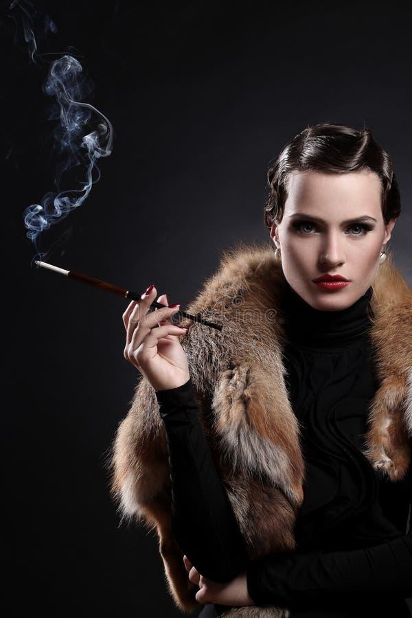 Mujer con el cigarrillo en imagen del vintage fotos de archivo