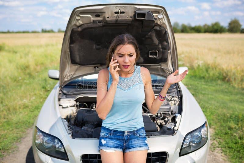 Mujer con el coche analizado fotografía de archivo libre de regalías