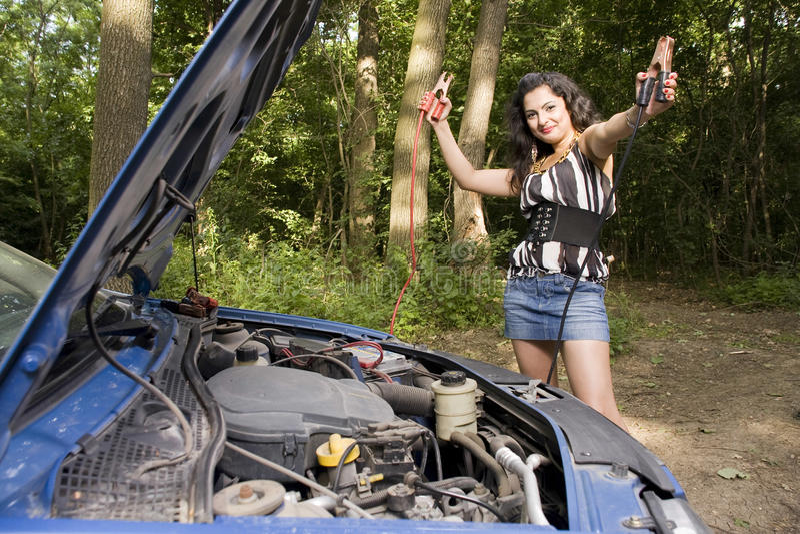 Mujer con el coche quebrado imagen de archivo