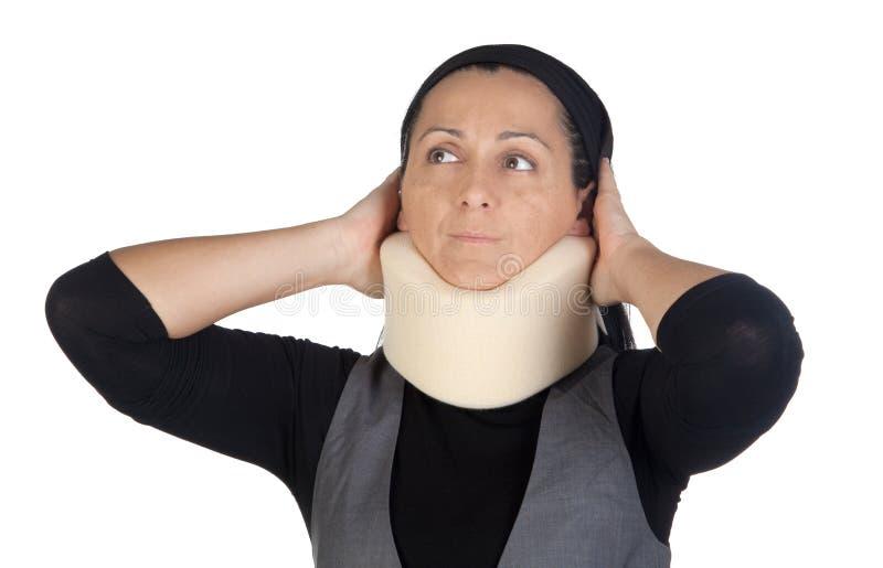 Mujer con el collar cervical imagen de archivo