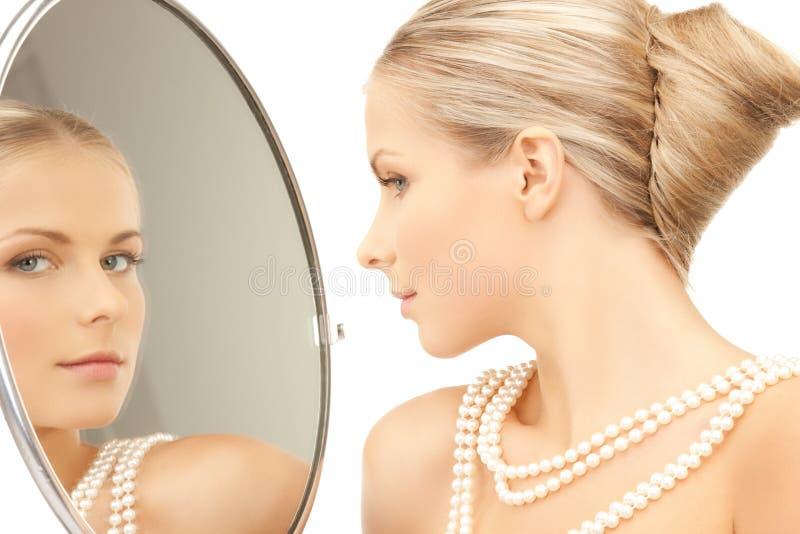 Mujer con el collar de las perlas fotos de archivo libres de regalías