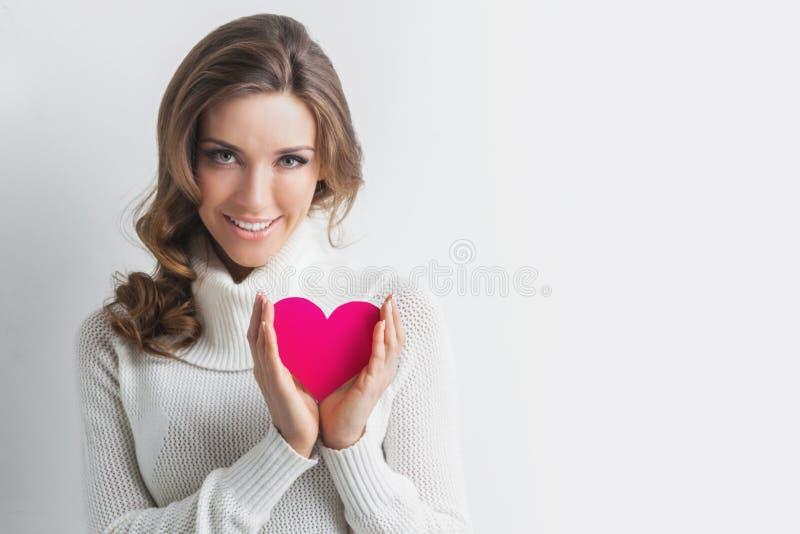 Mujer con el corazón del día de tarjetas del día de San Valentín fotografía de archivo