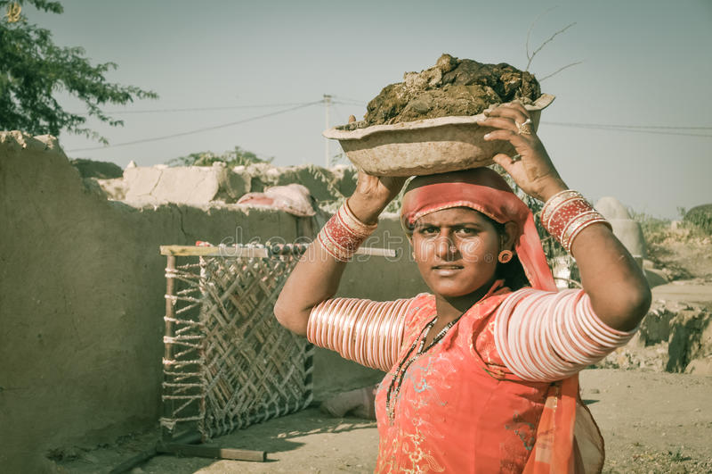 Mujer con el cuenco en Rajasthán fotos de archivo libres de regalías