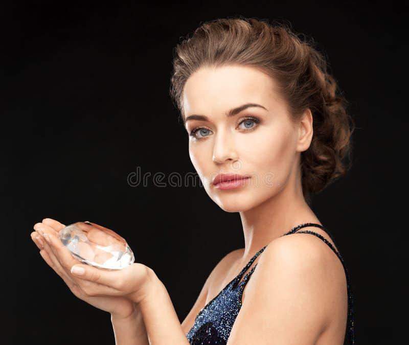 Mujer con el diamante grande fotografía de archivo