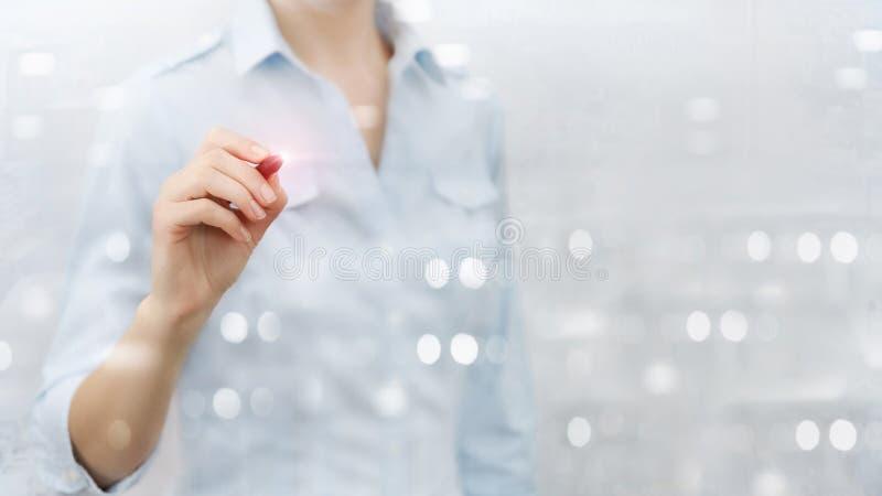 Mujer con el dibujo de la pluma en la pared virtual, tablero fotos de archivo libres de regalías