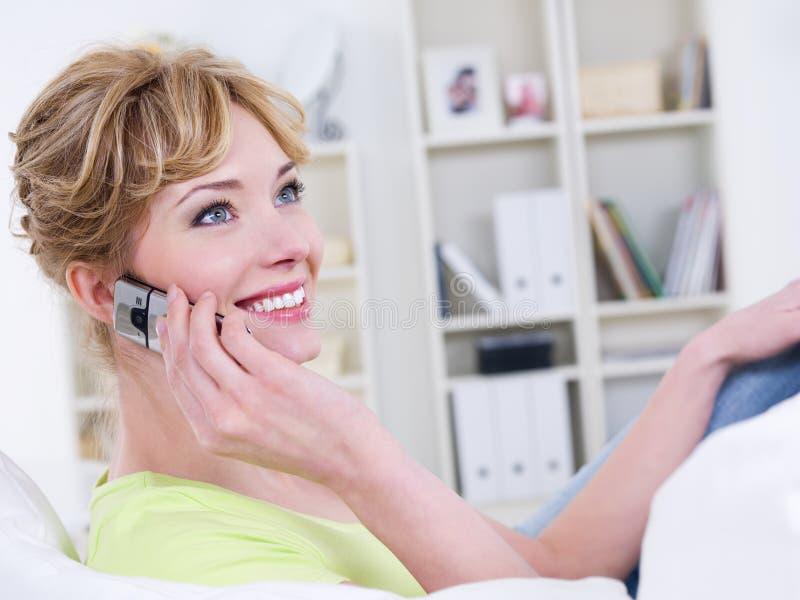 Mujer con el discurso móvil