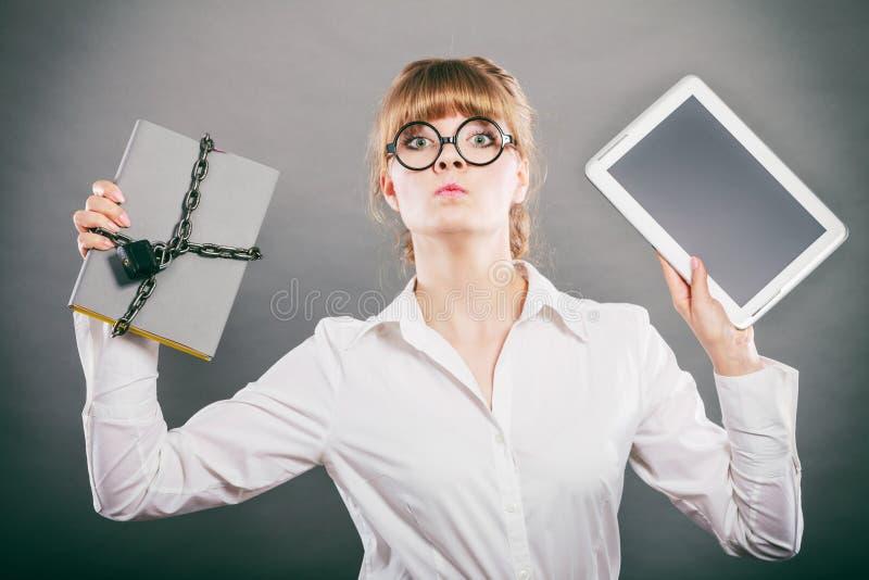 Download Mujer Con El Documento Y La Tableta Almacenamiento Digital Imagen de archivo - Imagen de mujer, almacenaje: 64202057