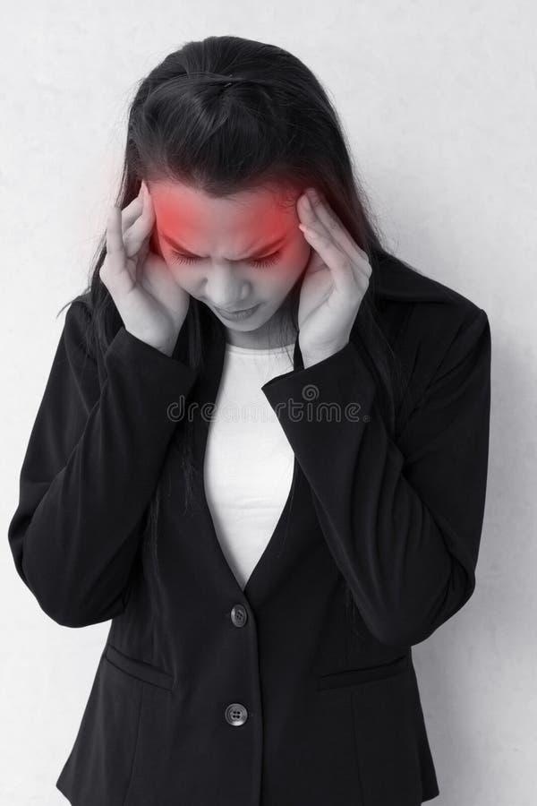 Mujer con el dolor de cabeza, jaqueca, tensión, insomnio, resaca imágenes de archivo libres de regalías