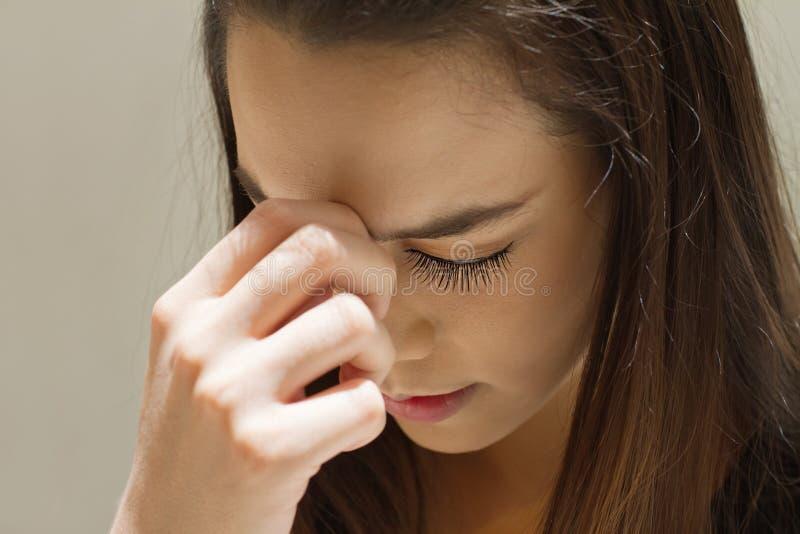 Mujer con el dolor de cabeza, jaqueca, tensión, resaca foto de archivo libre de regalías