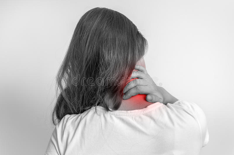 Mujer con el dolor en su cuello - foto blanco y negro fotografía de archivo libre de regalías