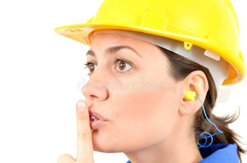 Mujer con el equipo protector y auriculares imagenes de archivo