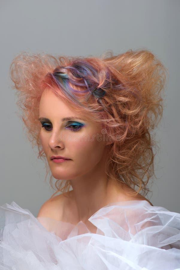 Mujer con el filamento coloreado multi en pelo fotografía de archivo