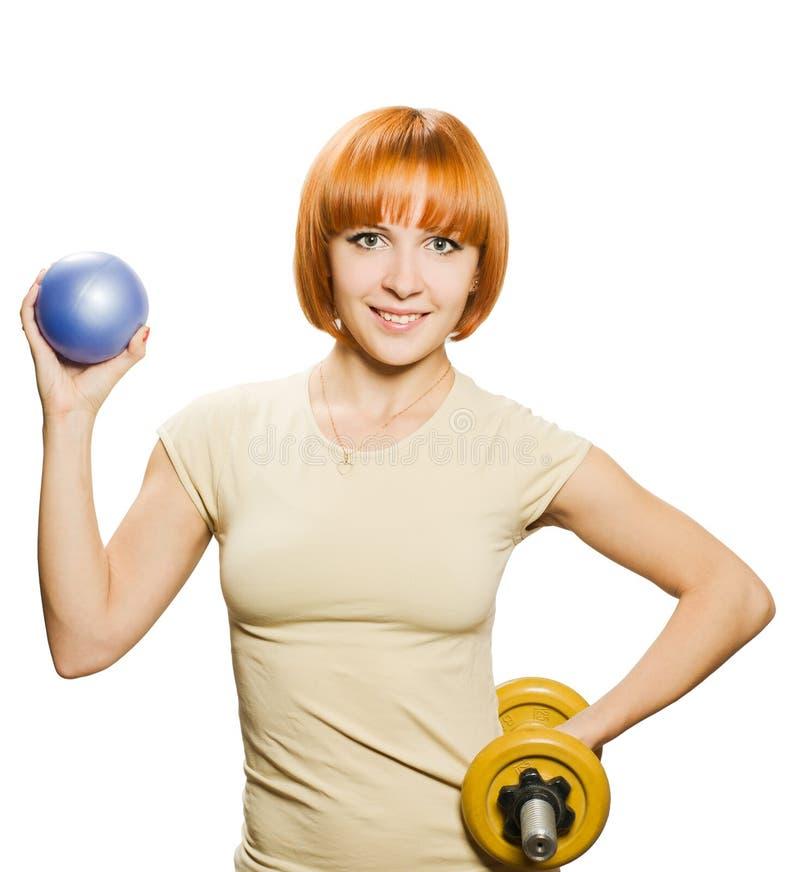 Mujer con el fitball y las pesas de gimnasia fotografía de archivo libre de regalías