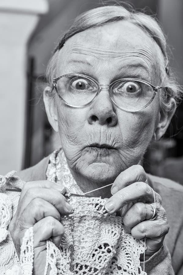 Mujer con el ganchillo imagenes de archivo