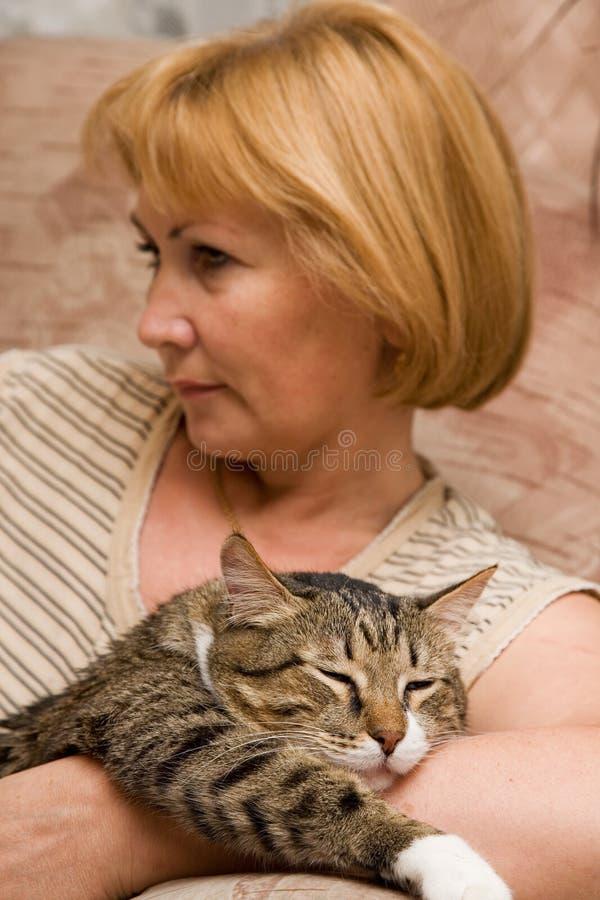 Mujer con el gato foto de archivo