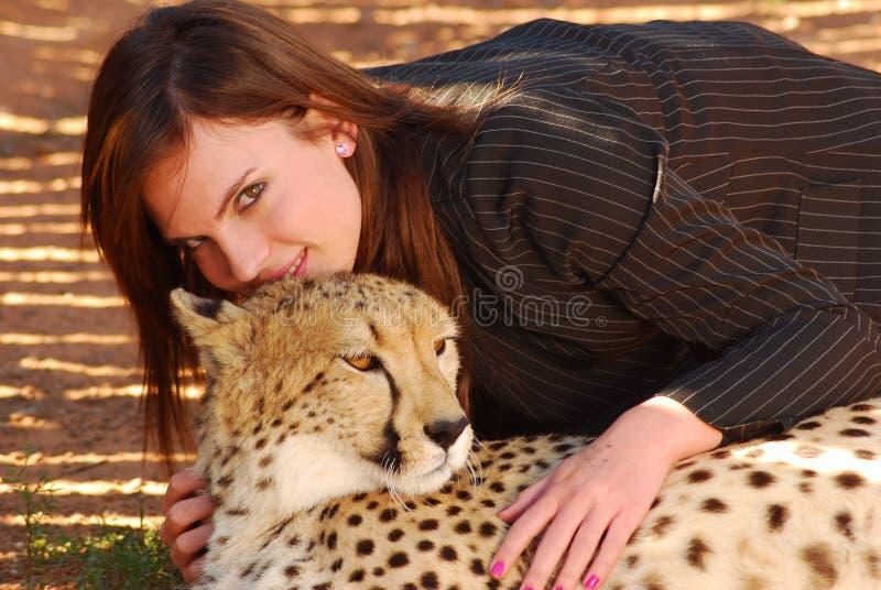 Mujer con el gato salvaje fotos de archivo