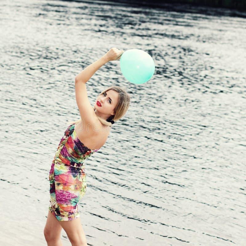 Mujer con el globo colorido del látex imagen de archivo