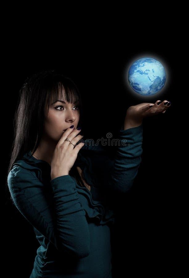 Mujer con el globo de la tierra imagen de archivo libre de regalías