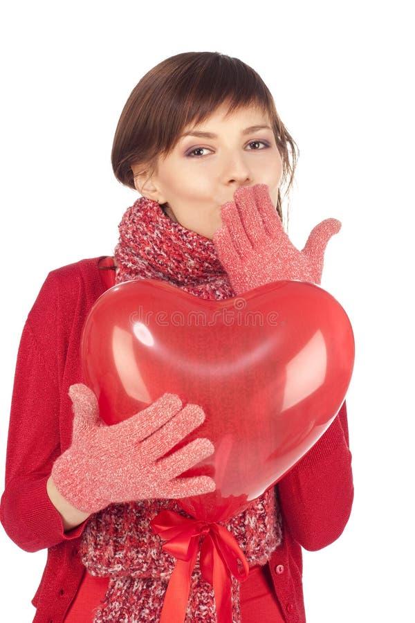 Mujer con el globo rojo del corazón imagenes de archivo