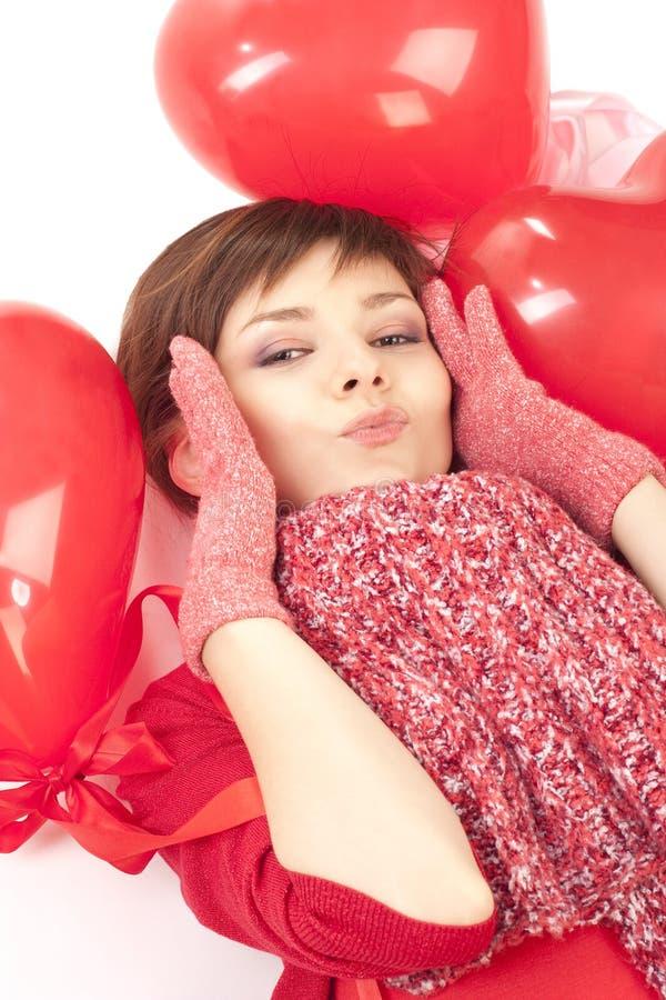 Mujer con el globo rojo del corazón imagen de archivo