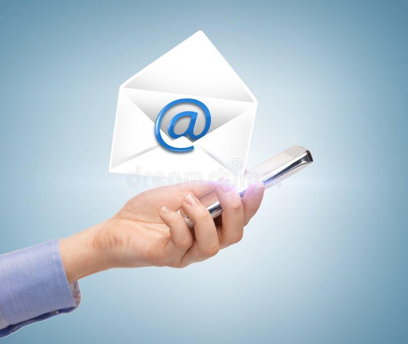 Mujer con el icono del smartphone y del correo electrónico imágenes de archivo libres de regalías