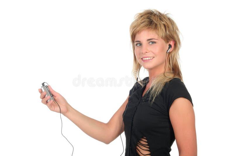 Mujer con el jugador MP3 foto de archivo