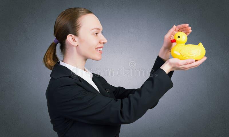 Mujer con el juguete del pato imagen de archivo libre de regalías