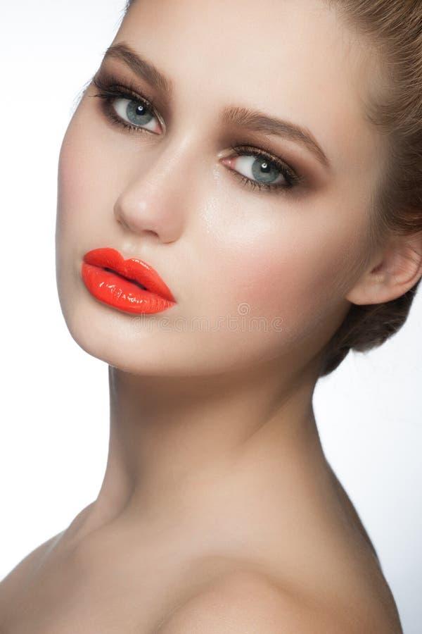 Mujer con el lápiz labial anaranjado imágenes de archivo libres de regalías