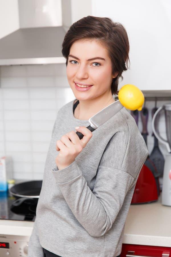 Mujer con el limón y el cuchillo fotografía de archivo