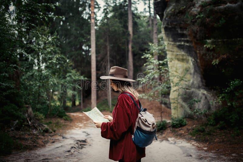 Mujer con el mapa en montañas imagen de archivo libre de regalías