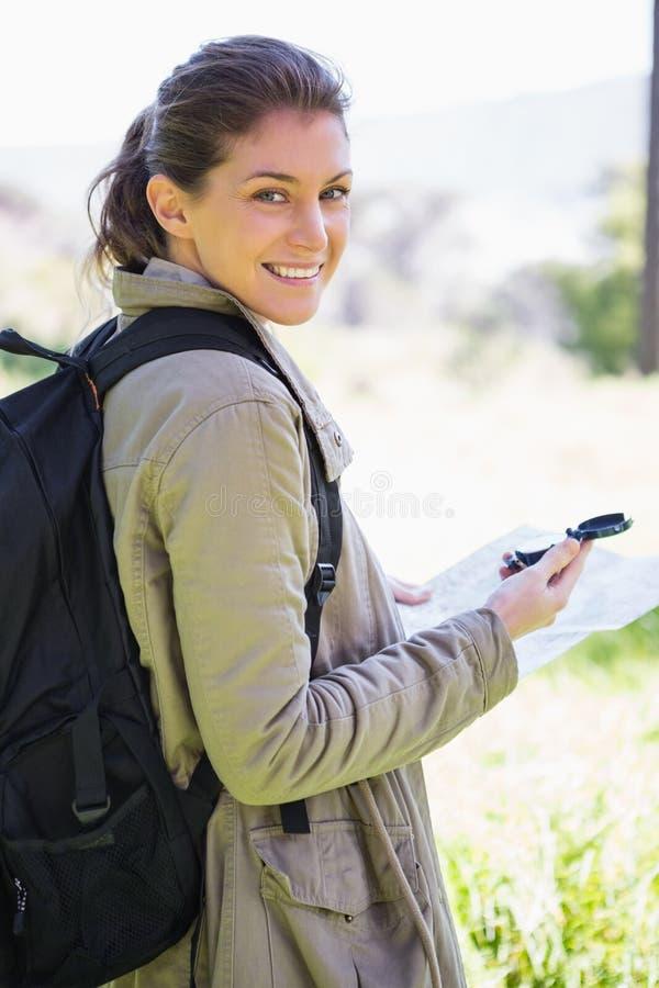 Mujer con el mapa y el compás fotos de archivo libres de regalías