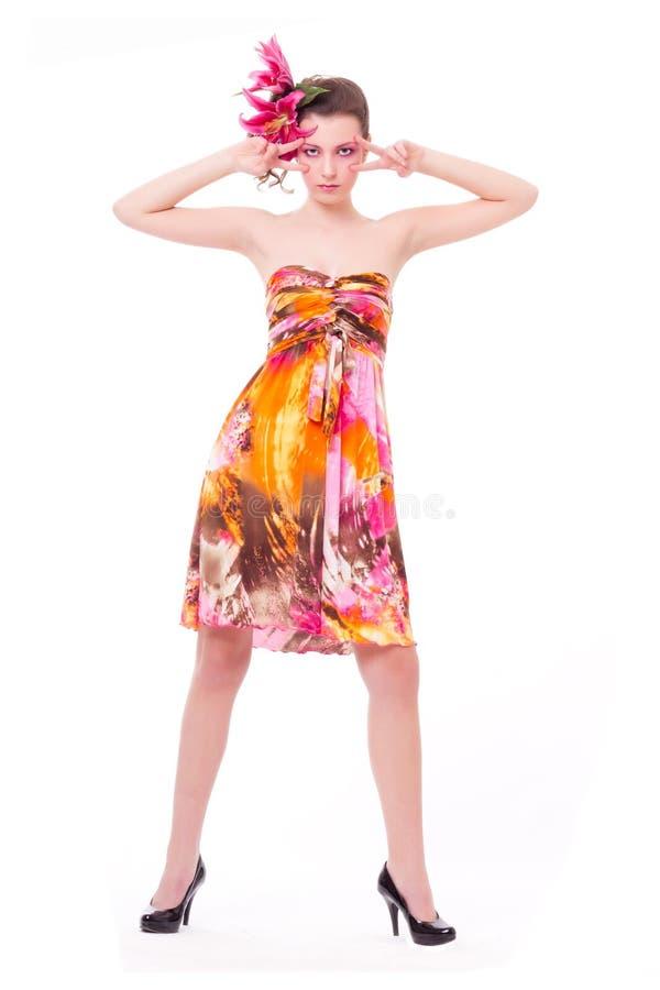 Mujer con el maquillaje y la flor 1 del color de rosa de la belleza foto de archivo libre de regalías