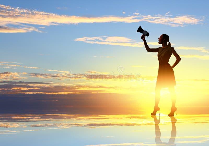 Mujer con el megáfono imagenes de archivo