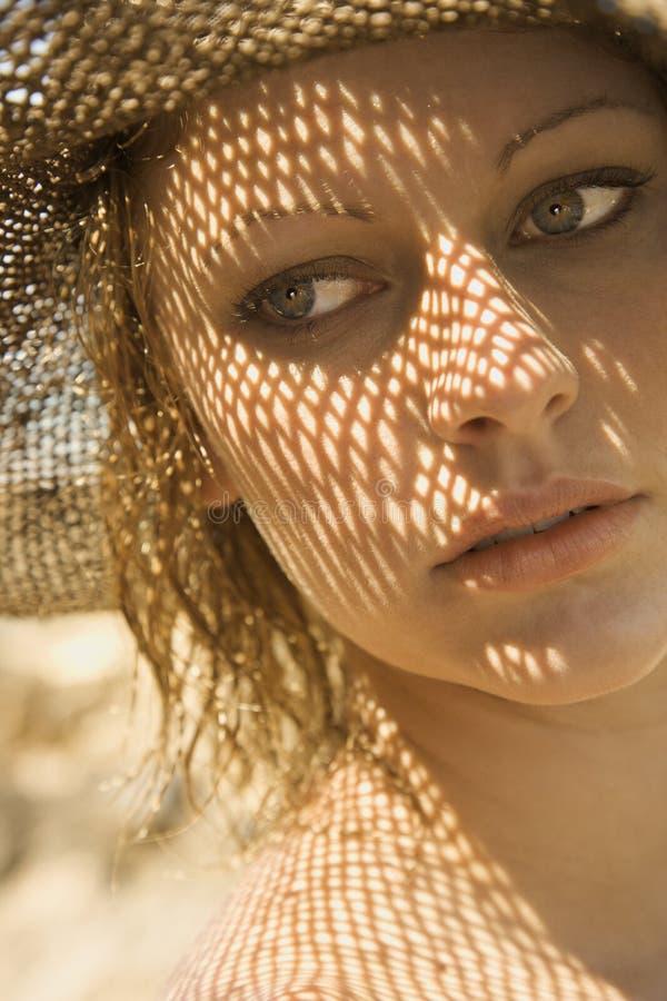 Mujer con el modelo de la sombra en cara. fotos de archivo libres de regalías