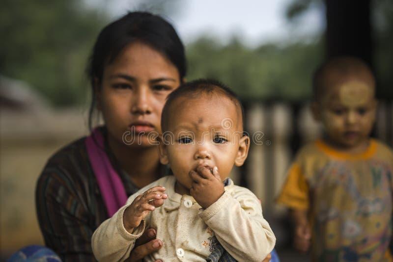Mujer con el niño imagen de archivo libre de regalías