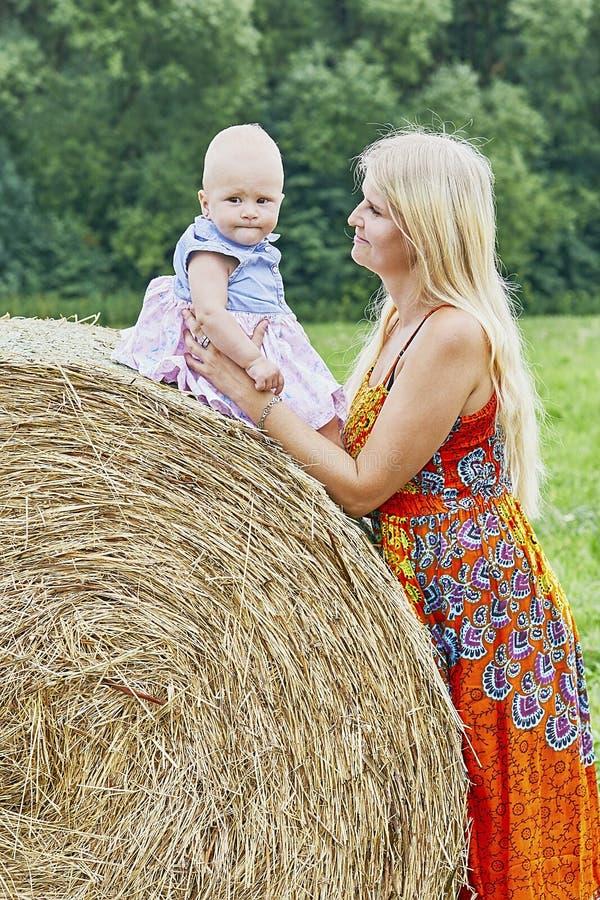 Mujer con el niño fotografía de archivo libre de regalías
