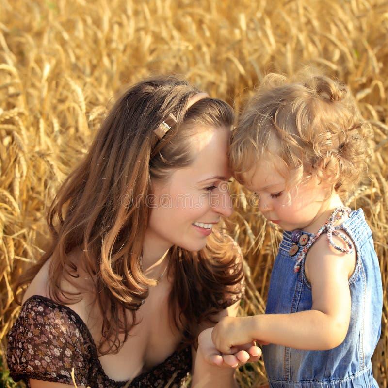 Mujer con el niño en el campo del trigo imágenes de archivo libres de regalías