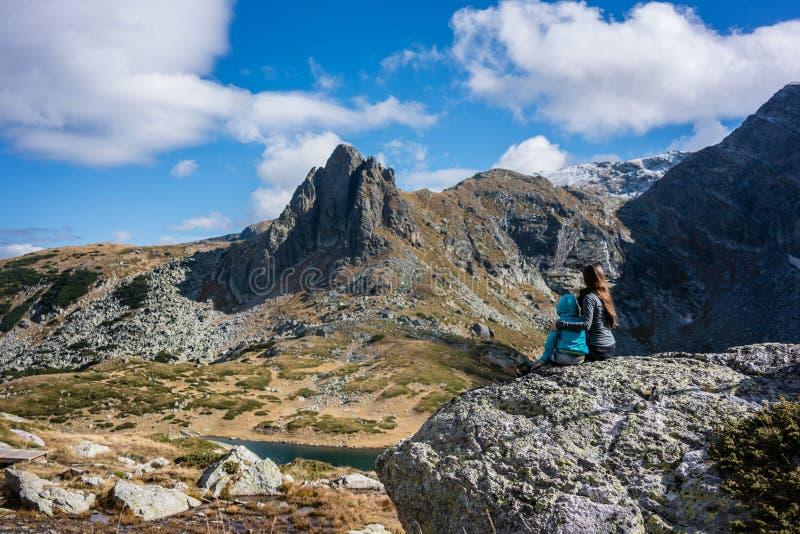 Mujer con el niño que descansa después de caminar las montañas de Rila imágenes de archivo libres de regalías