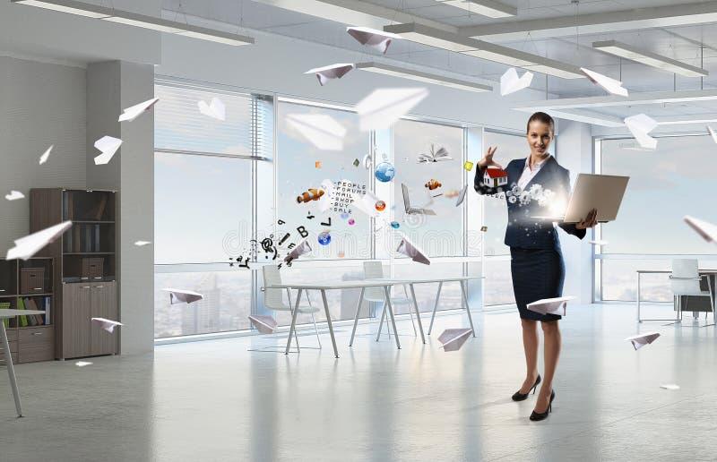 Mujer con el ordenador portátil en manos Técnicas mixtas foto de archivo