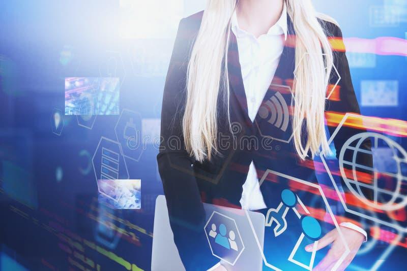 Mujer con el ordenador port?til, interfaz digital fotografía de archivo libre de regalías
