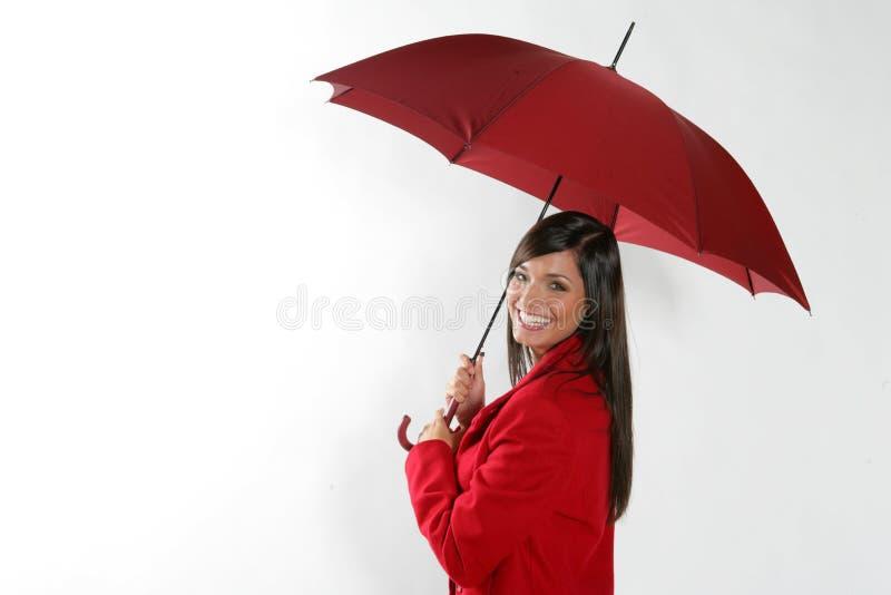 Mujer con el paraguas rojo. imagenes de archivo
