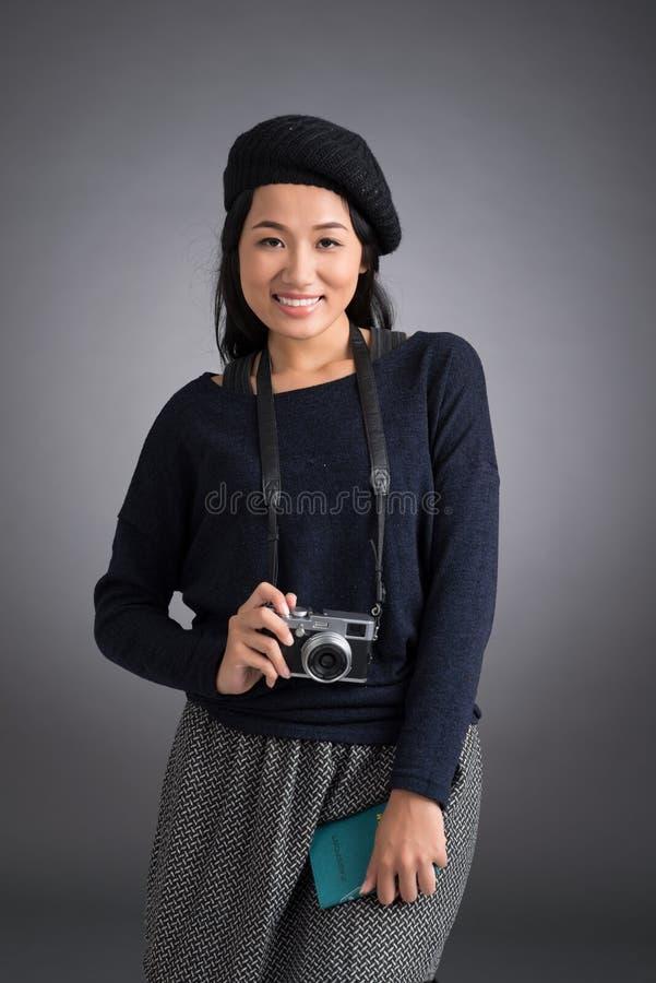 Mujer con el pasaporte y la cámara imágenes de archivo libres de regalías