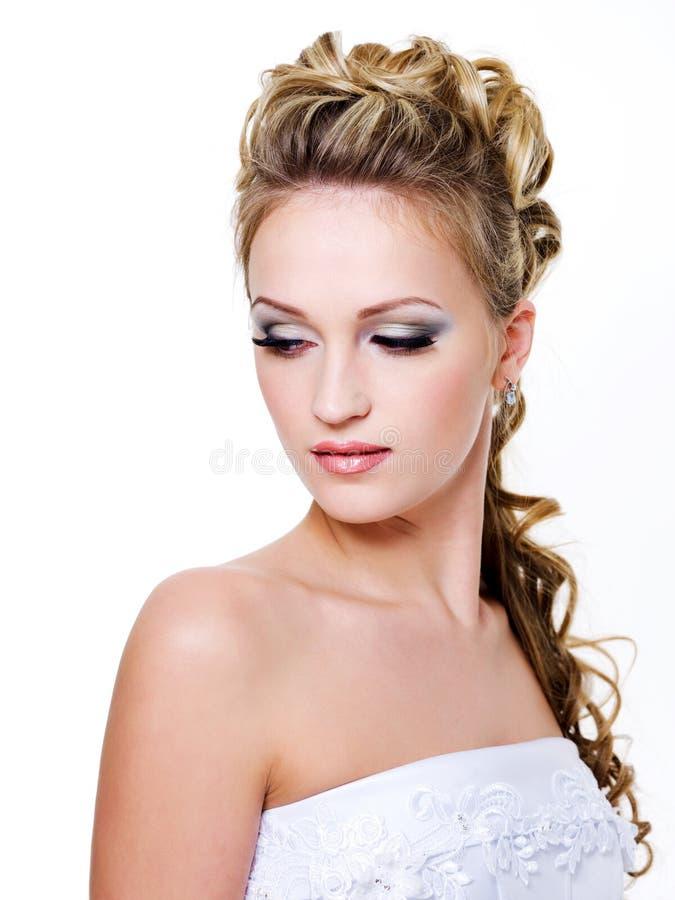 Mujer con el peinado hermoso de la boda imagenes de archivo
