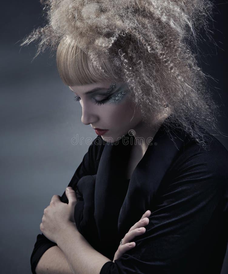Mujer con el peinado moderno fotografía de archivo